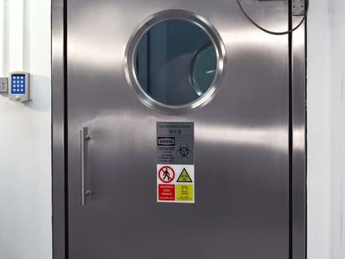 External inflatable seal door to the gaseous decontamination chamber
